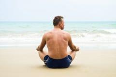 Συνεδρίαση ατόμων στην παραλία. Στοκ φωτογραφία με δικαίωμα ελεύθερης χρήσης