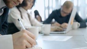 Συνεδρίαση ατόμων στη διάσκεψη και εργασία μέσα στο γραφείο εργασιακών χώρων φιλμ μικρού μήκους