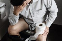 Συνεδρίαση ατόμων στον ιστό εκμετάλλευσης κύπελλων τουαλετών στοκ φωτογραφίες με δικαίωμα ελεύθερης χρήσης