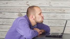 Συνεδρίαση ατόμων χαμόγελου στην αρχή και εργασία στο lap-top και φίλημα του οργάνου ελέγχου επιτυχία απόθεμα βίντεο