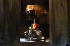 Συνεδρίαση Βούδας σε Angkor Wat, Καμπότζη με τη χρυσή ομπρέλα Στοκ εικόνες με δικαίωμα ελεύθερης χρήσης