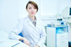 Συνεδρίαση γιατρών στο γραφείο στην αρχή στοκ φωτογραφία με δικαίωμα ελεύθερης χρήσης