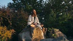 Συνεδρίαση γιόγκη στο βράχο και απόθεμα βίντεο