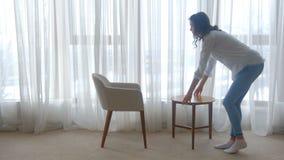 Συνεδρίαση γυναικών ανδρών επικοινωνίας ελεύθερου χρόνου ζεύγους απόθεμα βίντεο