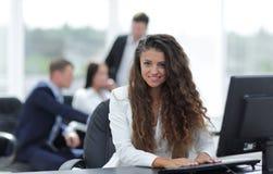 Συνεδρίαση γυναικών διευθυντών πίσω από ένα γραφείο Στοκ εικόνα με δικαίωμα ελεύθερης χρήσης