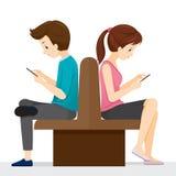 Συνεδρίαση γυναικών και ανδρών πλάτη με πλάτη Αυτοί παιχνίδι Smartphones Στοκ Εικόνα