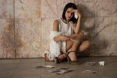 Συνεδρίαση γυναικών μόνη και καταθλιπτική Στοκ Εικόνες
