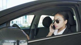 Συνεδρίαση γυναικών στο αυτοκίνητο και ομιλία στο κινητό τηλέφωνο, να σκιάσει, ιδιωτικός αστυνομικός απόθεμα βίντεο