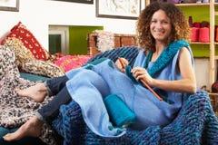 Συνεδρίαση γυναικών στο πλέξιμο εδρών στοκ εικόνα