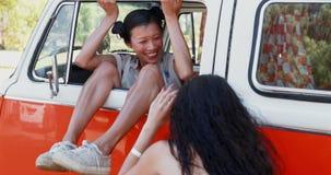 Συνεδρίαση γυναικών στο φορτηγό τροχόσπιτων και τοποθέτηση για τη φωτογραφία 4k απόθεμα βίντεο