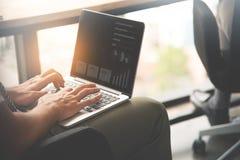Συνεδρίαση επιχειρηματιών και δακτυλογράφηση στο lap-top Στοκ Εικόνες