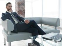 Συνεδρίαση επιχειρηματιών σε ένα τραπεζάκι σαλονιού στο λόμπι Στοκ Εικόνες