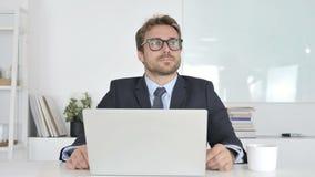 Συνεδρίαση επιχειρηματιών σκέψης και χαμόγελου στην αρχή φιλμ μικρού μήκους