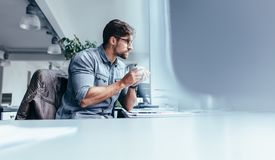 Συνεδρίαση επιχειρηματιών στην αρχή με το φλιτζάνι του καφέ Στοκ Φωτογραφίες