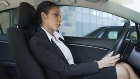 Συνεδρίαση επιχειρηματιών στο αυτοκίνητο, που βάζει τα χέρια στη ρόδα και που αναστενάζει, απογοήτευση φιλμ μικρού μήκους