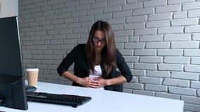 Συνεδρίαση επιχειρηματιών στο γραφείο και κατοχή του πόνου στομαχιών εργαζόμενος στον υπολογιστή PC στην αρχή φιλμ μικρού μήκους