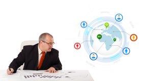 Συνεδρίαση επιχειρηματιών στο γραφείο με μια σφαίρα Στοκ φωτογραφία με δικαίωμα ελεύθερης χρήσης