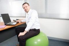 συνεδρίαση επιχειρηματιών στο μπαλόνι άσκησης στο γραφείο εδρών σφαιρών γραφείων Στοκ φωτογραφία με δικαίωμα ελεύθερης χρήσης