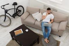 Συνεδρίαση επιχειρηματιών στο σπίτι και χρησιμοποιώντας το smartphone για την επικοινωνία στοκ εικόνες