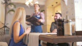 Συνεδρίαση ζευγών αγάπης στον καφέ de-στραμμένος απόθεμα βίντεο