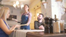 Συνεδρίαση ζευγών αγάπης στον καφέ de-στραμμένος φιλμ μικρού μήκους