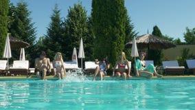 Συνεδρίαση ζευγών και μητέρων και κορών από τη λίμνη και απόλαυση ενός sunbath σε μια καυτή θερινή ημέρα απόθεμα βίντεο