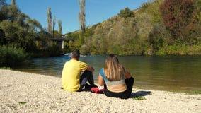 Συνεδρίαση ζεύγους από τον ποταμό Cetina στην παραλία φιλμ μικρού μήκους