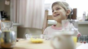 Συνεδρίαση και αναμονή κοριτσιών για ένα γεύμα ενώ πάρτε κάποιο στενό επάνω δημητριακών φιλμ μικρού μήκους