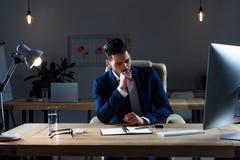 συνεδρίαση και βήξιμο επιχειρηματιών στοκ εικόνα