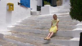 Συνεδρίαση κοριτσιών εφήβων στην άσπρη σκάλα κατά τη διάρκεια του θερινού περιπάτου στη παραθεριστική πόλη απόθεμα βίντεο