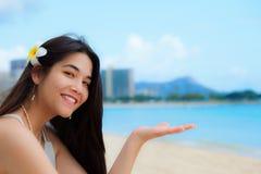 Συνεδρίαση κοριτσιών εφήβων στην της Χαβάης παραλία, κεφάλι διαμαντιών στο υπόβαθρο Στοκ Εικόνες