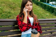 f68e23daa75 Συνεδρίαση κοριτσιών μαθητριών εφήβων 13-16 χρονών στον πάγκο Το καλοκαίρι  στην πόλη μετά από