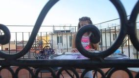 Συνεδρίαση κοριτσιών στον πίνακα, που εξετάζει το χάρτη, φωτογραφίες απόθεμα βίντεο