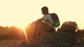 Συνεδρίαση κοριτσιών στο βουνό στο ηλιοβασίλεμα Ένα κορίτσι ταξιδεύει στη φύση Η έννοια ενός υγιούς τρόπου ζωής Ζωή μέσα απόθεμα βίντεο