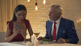 Συνεδρίαση κοριτσιών στο εστιατόριο με το τρύπημα του ηληκιωμένου, που κουβεντιάζει στο τηλέφωνο, κακή ημερομηνία απόθεμα βίντεο
