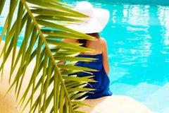 συνεδρίαση λιμνών κοριτσ& στοκ φωτογραφία με δικαίωμα ελεύθερης χρήσης