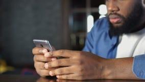 Συνεδρίαση μηνυμάτων κακός-ειδήσεων ανάγνωσης ατόμων αφροαμερικάνων στον καφέ, απόλυση εργασίας απόθεμα βίντεο