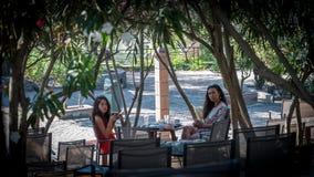 Συνεδρίαση μητέρων και κορών στον καφέ που τρώει το πρόγευμα στοκ εικόνα με δικαίωμα ελεύθερης χρήσης