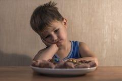 συνεδρίαση μικρών παιδιών στον πίνακαη γευμάτων στοκ φωτογραφία με δικαίωμα ελεύθερης χρήσης