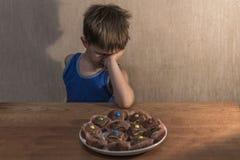 συνεδρίαση μικρών παιδιών στον πίνακαη γευμάτων στοκ εικόνα με δικαίωμα ελεύθερης χρήσης