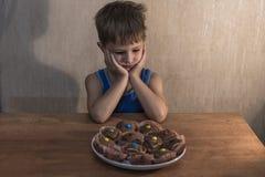 συνεδρίαση μικρών παιδιών στον πίνακαη γευμάτων στοκ εικόνα