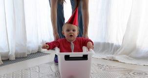 Συνεδρίαση μωρών μέσα στο κουτί από χαρτόνι απόθεμα βίντεο