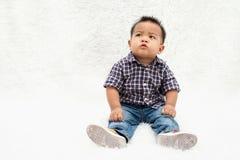 Συνεδρίαση μωρών στην άσπρη ανασκόπηση στοκ εικόνες