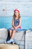 Συνεδρίαση ναυτικών μικρών κοριτσιών στο κιβώτιο Στοκ εικόνα με δικαίωμα ελεύθερης χρήσης