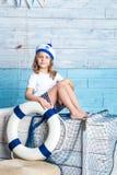 Συνεδρίαση ναυτικών μικρών κοριτσιών στο κιβώτιο Στοκ Εικόνες