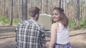 Συνεδρίαση νεαρών άνδρων και γυναικών πορτρέτου η μια κοντά στην άλλη με τις πλάτες στη κάμερα στο δάσος η σκηνή στο υπόβαθρο Το  απόθεμα βίντεο
