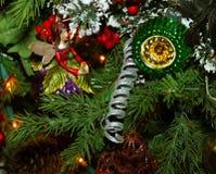 Συνεδρίαση νεράιδων Χριστουγέννων στον κλάδο με άλλες διακοσμήσεις στο δέντρο στοκ εικόνα με δικαίωμα ελεύθερης χρήσης