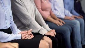 Συνεδρίαση ομάδας ανθρώπων στη γραμμή, αναμονή για το γιατρό, ασέβεια για τους πελάτες στοκ φωτογραφία με δικαίωμα ελεύθερης χρήσης