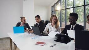 Συνεδρίαση ομάδων ανθρώπων Multiethnic στον πίνακα που έχει τη συζήτηση ενός προβλήματος με μια επιχείρηση ομάδα επιχειρησιακής σ απόθεμα βίντεο