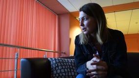 Συνεδρίαση ομιλίας γυναικών στον καναπέ απόθεμα βίντεο